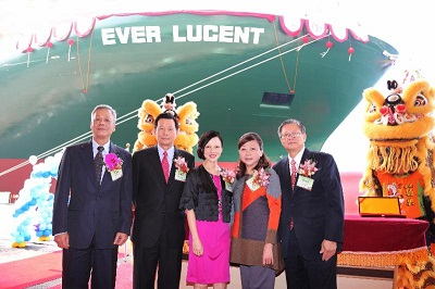 (from right to left) Evergreen Shipping Agency (Singapore) Chairman Mr. Patrick Ang and his wife Mrs. Pan-Tin Lim, Ms. Molly Mok, Chairman of Evergreen Marine (Singapore) Pte Ltd., Mr. Sun-Quae Lai, Chairman of CSBC Corporation and Mr. Lie-Lin Che, President of CSBC Corporation.